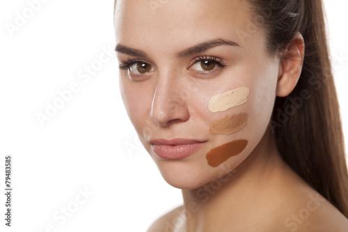Fotografía  Cara de la mujer con el árbol de diferentes tonos de base líquida