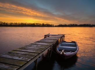 łódka przy drewnianym pomoście
