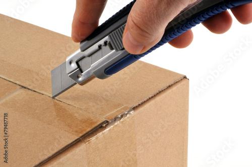Fotografie, Obraz  Ouverture d'un karton au fréza