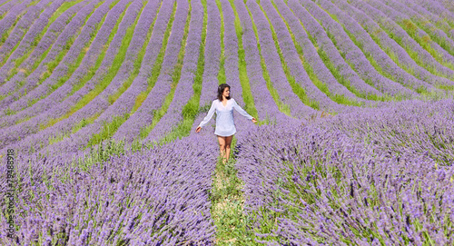 Photo  Beautiful woman in summer day in lavender field
