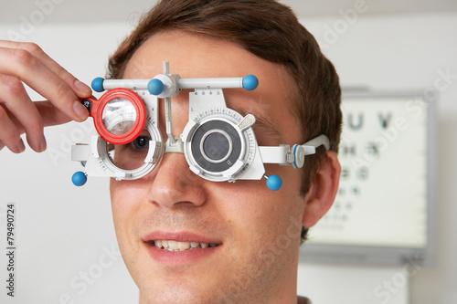 Fotografía  Hombre que tiene optométrica En optometrista