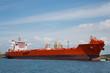 Roter Öltanker bei der Beladung im Hafen