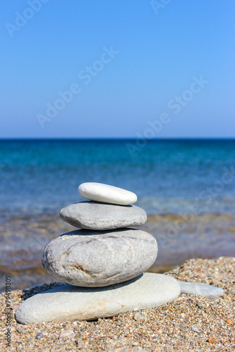 Photo sur Plexiglas Zen pierres a sable Balanced stones on the beach