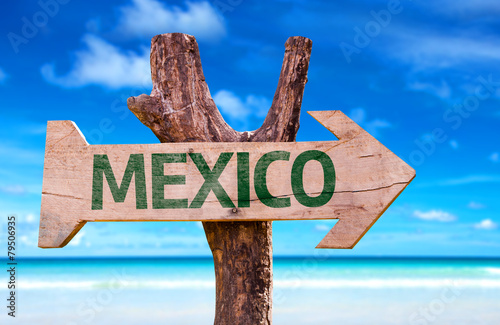 Fotografija  Mexico wooden sign with a beach on background