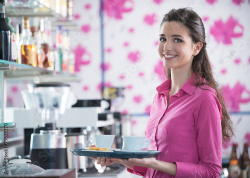 Photo Young smiling waitress serving coffee at the bar