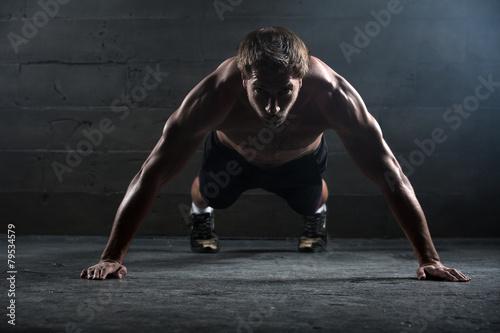 Fotografía  Atleta con un hermoso cuerpo y el torso desnudo