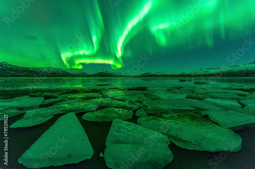 Photo  Northern lights (Aurora borealis) reflection