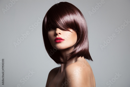 Photo  Beautiful model with perfect long glossy brown hair. Close-up po