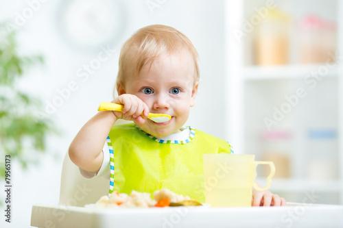 Fotografia kid eating healthy food