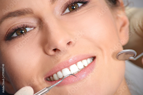 Fotografering  examination of the teeth in the office of the dentist