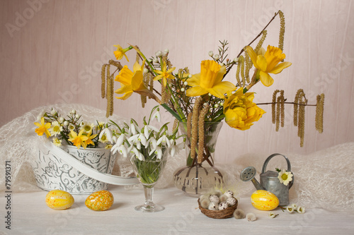 Staande foto Lelietje van dalen Easter eggs flowers narcissus snowdrops spring