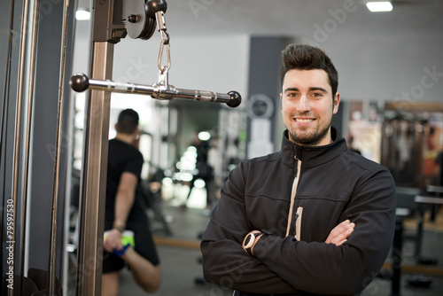 Fotografija fitness personal trainer posing at gym