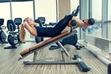 Piękna kobieta ćwicząca brzuszki