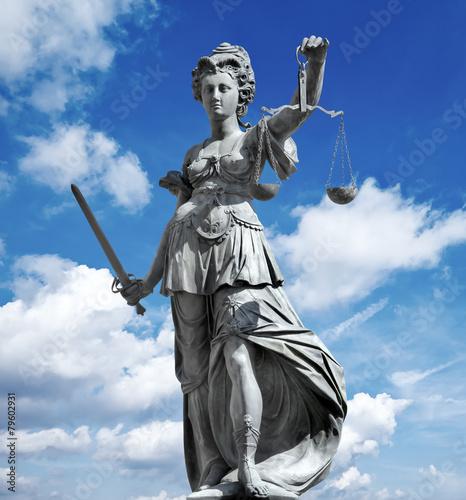 Photo justitia in blue sky