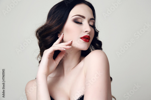 Photo  beautiful sexy woman with dark hair and bright makeup