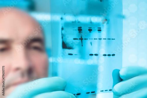 Scientific background: scientist with X-ray film Canvas-taulu