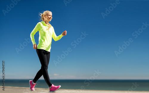 Fotografía  woman doing sports outdoors