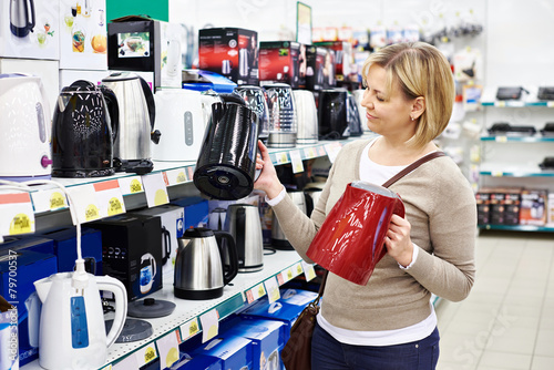 Fotografía  Woman housewife shopping for electric kettle