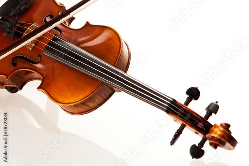 Fototapeta  Violine mit Bogen vor weißem Hintergrund