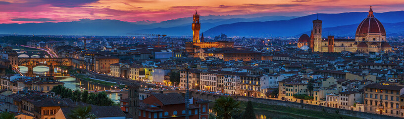 Panorama grada Firence na zalasku sunca. Panoramski pogled.