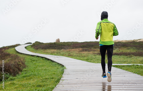 Fotografía  Runner man running in a rainy day
