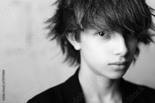 model-fryzury-portret-dziecka-03-czarno-bialy