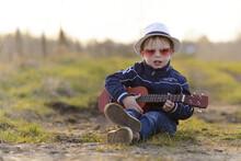 Kind Speelt Muziek Met Guitaar