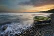 porzucona łódka miotana przez morskie fale