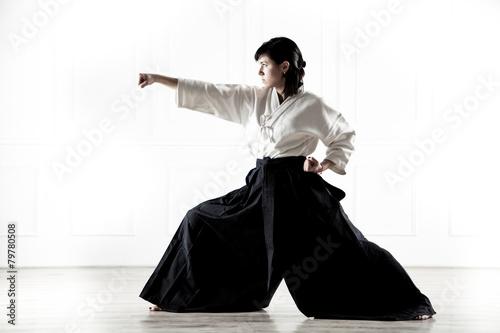 Obraz na plátně  Krásná žena na sobě hakama zabývá Kung Fu 4