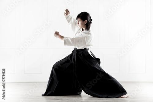 Obraz na plátně  Krásná žena cvičí Aikido 6