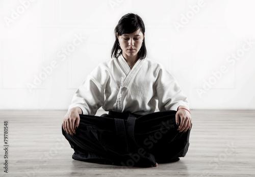 Obraz na plátně  Krásná, mladá žena meditace ve sportovní hale 1