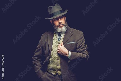 Fotografía Goatee Man in Formal Wear Looking to the Right