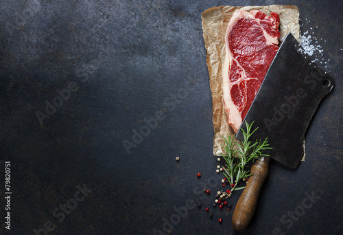 Poster de jardin Steakhouse vintage cleaver and raw beef steak