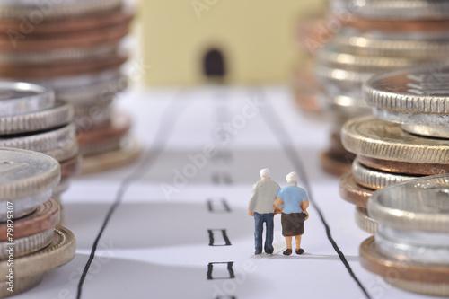 Fotografia  お金の並ぶ道を歩いてゴールを目指している老夫婦
