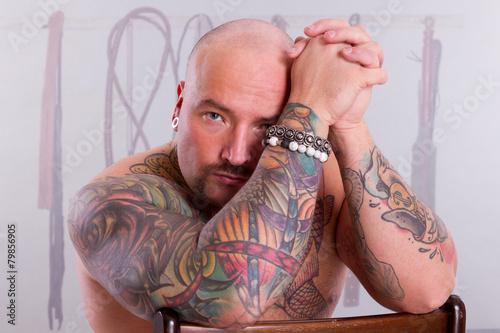 Fotobehang Illustratie Parijs Portrait eines stattlichen tätowierter Mann mit Glatze