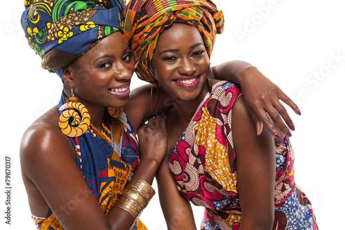 Afrykańskie modelki pozowanie w sukienkach.