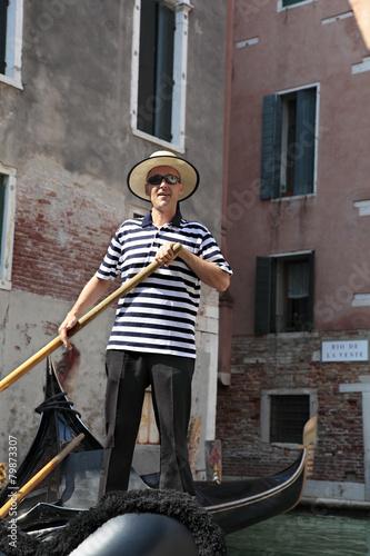 Fotografía Gondolier in Venice