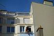 Un peintre en bâtiment sécurisé en suspension dans le vide