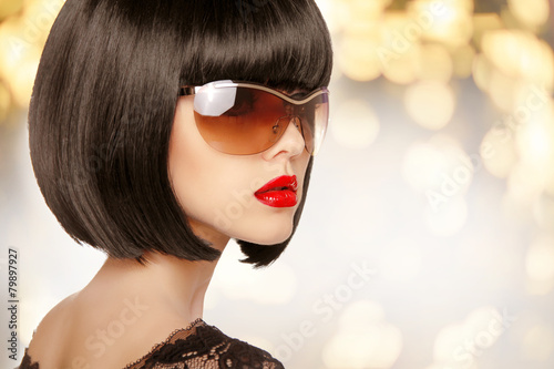 Fotomural Fashion brunette woman in sunglasses. Black bob hairstyle. Red l