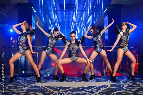 Photo  dance group sexy girls in costumes, nightclub
