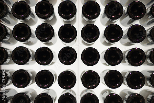 Fotografia  Many wine bottles. Bottom view.