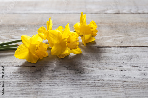 Deurstickers Narcis Yellow narcissus flowers on wooden background