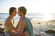 Junges Paar, schöner Moment am Strand
