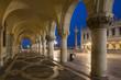 Italien, Venedig, Markusplatz, Kolonnade des Dogenpalast in der Nacht