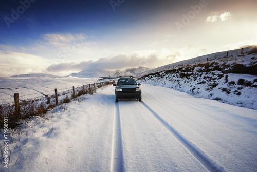 Vereinigtes Königreich, Schottland, Isle of Skye, Cuillin Berge, Allradfahrzeug auf schneebedeckter Straße