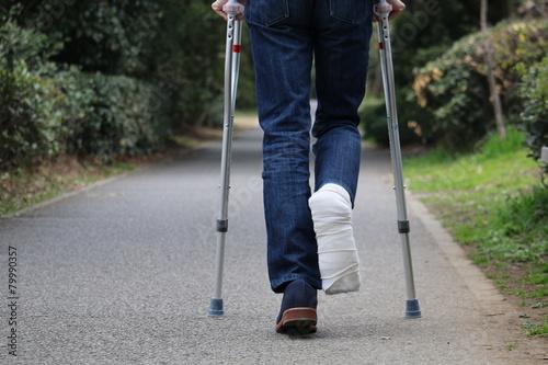 松葉杖で移動する人 Fototapeta