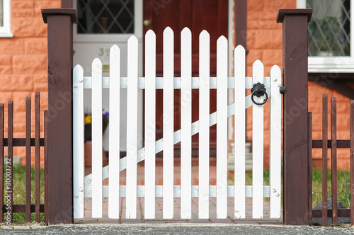 Fotografía picket fence gate at the front of a home