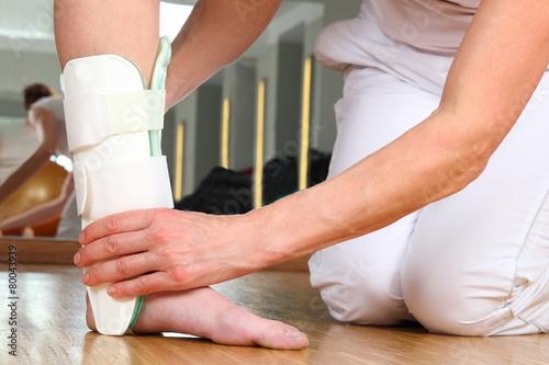 Fotografía  Ärztin oder Therapeutin beim Anlegen einer Knöchelbandage