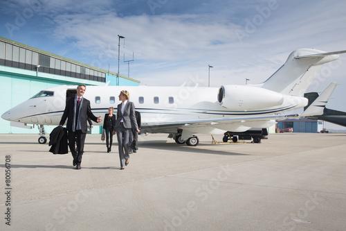 Carta da parati executive business team leaving corporate private jet