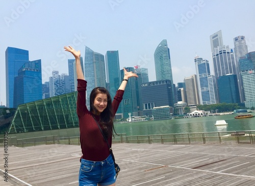 Photo  cute girl and hi-rise building